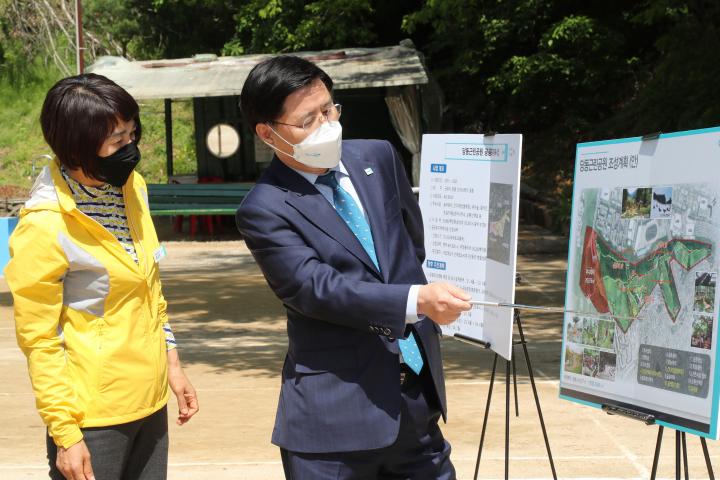 한대희 시장이 당동 근린공원 조성사업 현장을 방문해 관계자로부터 사업 현황을 보고받고 있다. (사진=군포시)